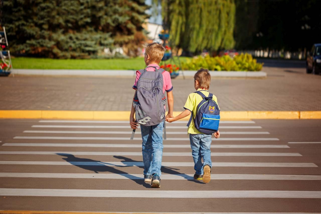 dzieci uczniowie droga do szkoły przejście dla pieszych