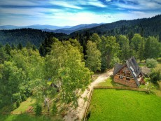 Rabkoland/Widok na Gorce z Rabki Zdrój - domek w górach